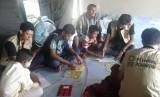 Anak-anak pengungsi Rohingya sedang belajar.