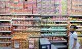 Aneka jenis merk mi instan ditata pada rak salah satu supermarket, Jakarta.