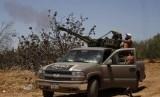 Anggota kelompok perlawanan Jabhat al-Nusra menembakkan senjata ke arah pesawat tempur militer Suriah di utara Provinsi Idlib. (ilustrasi)