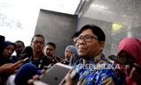 Anggota Ombudsman RI bidang Ekonomi I Dadang Suharma Wijaya memberikan konferensi pers usai menerima Pengacara perlindungan konsumen, David Maruhum L. Tobing di Ombudsman, Jakarta, Senin (18/9).