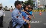 Anggota P3S dan Satuan POl PP mengamankan Anak Jalanan di Terminal Blok M, Jakarta Selatan, Selasa (26/9).