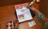 [ilustrasi] Anggota Panitia Pemilihan Kecamatan (PPK) mempraktekkan cara menyoblos surat suara calon tunggal saat simulasi pemungutan dan penghitungan suara Pilkada di Pati, Jawa Tengah, Senin (9/1).