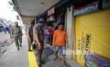 Anggota Satuan Polisi Pamong Praja Pemerintah Provinsi DKI Jakarta menginstrusikan kepada yang bejualan untuk tidak memakai trotoar untuk berjualan ,Jatinegara Barat, Jakarta, Ahad (24/9).