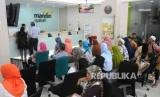 Antrean nasabah untuk melakukan pelunasan Biaya Penyelenggaraan Ibadah Haji (BPIH) di Banking Hall Bank Syariah mandiri (BSM) Cabang Mayestik, Jakarta, Senin (10/4).