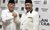 Bakal calon gubernur dan wakil gubernur dari Partai Keadilan Sejahtera untuk Jawa Barat, Sudrajat (kiri) dan Ahmad Syaikhu (kanan) berpose usai pengumuman pencalonan di Kantor DPP PKS, Jakarta,Rabu (27/12).