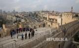 Beberapa orang Israel di Menara Nabi Daud, Yerusalem, Palestina Selasa (5/12).