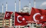 Bendera Turki di jembatan Martir, Turki