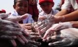 Biasakan menjaga kebersihan, seperti mencuci tangan sebelum makan, agar terhindar dari penyakit cacingan.