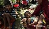 Bocah Rohingya di pengungsian bersama pengungsi lainnya berteduh di sebuah pohon di Ukhiya, Cox Bazaar, Bangladesh