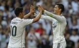 Cristiano Ronaldo (kanan) merayakan golnya bersama James Rodriguez.
