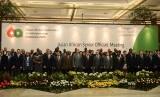 Delegasi dari 86 Negara peserta Konferensi Asia Afrika berfoto bersama sesaat sebelum Senior Official Meeting di Plenary Hall, Jakarta Convention Center, Ahad (19/4).