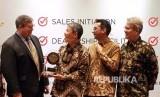 Direktur PT Mitsubishi Motors Krama Yudha Sales Indonesia (MMKSI) Kyoya Kondo (kedua dari kiri) menerima Customer Satisfaction Index (CSI) JD Power Singapura di kantor pusat MMKSI, Pulomas, Jakarta Timur, Jumat Siang (8/12).