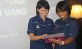 Direktur Teknologi, Content & New Business XL - Dian Siswarini (kanan) dan Senior GM - m-Finance XL - Yessie D. Yosetya meluncurkan  XL Tunai Domestik