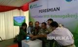 Direktur Utama BPJS Ketenagakerjaan Agus Susanto (tengah) dan Direktur Pelayanan BPJS Ketenagakerjaan M Krishna Syarif (kanan) meresmikan CARE Contact Center di Graha Infomedia, Jakarta, Rabu (18/10).