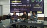 Dirjen pendidikan Islam Kemenag, Prof Kamaruddin Amin (paling kanan) melakukan konferensi pers terkait kegiatan Pameran Pendidikan Islam Internasional di Gedung Kemenag, Rabu (15/11). Pameran ini akan digelar di Indonesia Convention Exhibition (ICE), BSD City, Tangerang Selatan, Banten pada 21-24 November 2017.