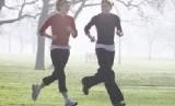 Dua orang wanita berolahraga bersama.