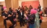 Dubes RI untuk Sudan dan Eritrea, Burhanuddin Badruzzaman (memakai jas dan peci hitam) menari bersama para penari di acara Gathering Friens of Indonesia.