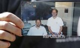 Eric Paddock menunjukan foto dirinya (kiri) dan kakak laki-lakinya  Stephen Paddock, (kanan) pelaku penembakan massal di Las Vegas, Nevada AS, Selasa (3/10).