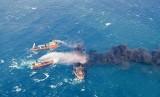 Foto Kementerian Transportasi Cina menunjukkan kapal pemadam kebakaran memadamkan kapal tanker Iran Sanchi di Laut Cina Timur, 10 Januari 2018.