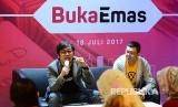 Founder dan CEOBukalapakAchmad Zaky dan CMOdari PT Sinar Rezeki Handal (Indo Gold) Indra Sjuriahpada peluncuran fitar BukaEmas di Jakarta, Selasa (18/7).