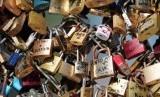 Gembok cinta di jembatan Pont des Arts .