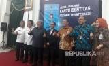 Gubernur Jabar Ahmad Heryawan dan Dirjen Pajak, Ken Dwijugiasteadi melaunching Kartu Identitas Pegawai Terintegrasi pertama di Indonesia, Rabu (18/10) di Aula Gedung Sate. Kartu ini, bisa digunakan untuk transaksi perbankan, NPWP dan SPT.