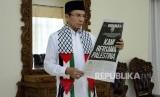 Gubernur NTB TGH Muhammad Zainul Majdi mengenakan syal Palestina saat membaca koran Republika di Pendopo Gubernur NTB, Jumat (8/12).