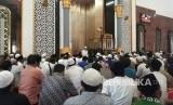 TGH Muhammad Zainul Majdi or Tuan Guru Bajang invites the congregation at Hubbul Wathan mosque, Islamic Center NTB complex, West Nusa Tenggara, to pray for Palestine, Friday (December 8).