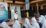 Head of Corporate Communication Bio Farma Nurlaela Arief memberikan sambutan dalam acara Santri Sehat 2018 yang digelar di Mambaus Sholihin Islamic Boarding School, Gresik, Senin (16/4).