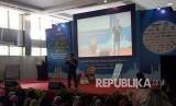 JAKARTA -- Penulis novel-novel best seller, Tere Liye memberikan tips menulis di panggung utama Islamic Book Fair (IBF) 2018 di Jakarta Convention Center (JCC), Jakarta, Ahad (22/4).