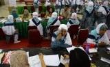 Jamaah calon haji Kloter 7 dari Tangerang menjalani pemeriksaan oleh petugas kesehatan saat tiba di Asrama Haji Pondok Gede, Jakarta, Selasa (25/8).    (Republika/Wihdan)