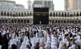 Jamaah haji melakukan tawaf mengelilingi Ka'bah di Masjidil Haram, Makkah.