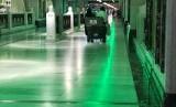 Jamaah tengah mengendari kursi dorong di lorong Masjidil Haram, Makkah.