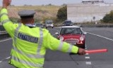 Jaringan Polisi Lalu Lintas Eropa (TISPOL) menghentikan mobil dengan kecepatan melebihi batas.