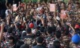 Johan Budi menemui massa dari Forum Komunikasi Putra Putri TNI Polri (FKPPI) di depan gedung KPK, Jakarta, Senin (18/8).