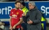 Jose Mourinho (kanan) dan Juan Mata.