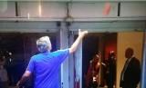 Jose Mourinho saat melempar medali peringkat kedua dari laga Community Shield
