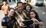 Kabareskrim Komjen Pol Budi Waseso berfoto bersama saat ditemui sejumlah wartawan di Mabes Polri, Jakarta, Jumat (4/9).