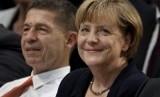 Kanselir Jerman Angela Merkel (kanan).
