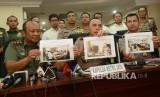 Kapolda Metro Jaya Irjen Pol M Iriawan (tengah) bersama Pangdam Jaya Mayjen TNI Teddy Lhaksamana (kiri) dan Kepala Bidang Hukum Polda Metro Jaya Agus Rahmat (kanan) menunjukan foto penangkapan tersangka kasus dugaan makar kepada awak media saat konferensi