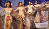 Kebaya, pakaian khas wanita Indonesia.
