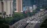 Kendaraan melaju di atas jalan layang yang melintasi Mampang-Kuningan, Jakarta Selatan, Kamis (8/11).