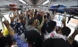 Kepadatan penumpang di kereta KRL Commuter Line. ilustrasi
