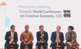 Kepala Badan Ekonomi Kreatif (BEKRAF) Triawan Munaf (tengah) saat berbicara pada Pertemuan Persiapan Konferensi Dunia tentang Ekonomi Kreatif (WCCE) yang berlangsung selama 3 hari sejak 5-7 Desember 2017 di Bandung, Jawa Barat.