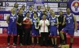 Kepala Dinas Olahraga dan Pemuda DKI Jakarta Ratiyono (baju merah) dan Asisten Deputi IV Peningkatan Prestasi Olahraga Kemenpora Candra Bakti (baju putih) berfoto bersama tim RCTI yang menjuarai Ibbamnas 2017.