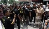 Kepala sekolah SMK Kesatrian Purwokerto, Agung Budiono (kanan), menemui pendemo dan perwakilan orang tua murid korban kekerasan oknum guru di di SMK Kesatrian Purwokerto, Banyumas, Jateng, Jumat (20/4).