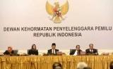 Ketua Dewan Kehormatan Penyelenggara Pemilu (DKPP) RI Jimly Asshidiqie memimpin sidang kode etik Dewan Kehormatan Penyelenggara Pemilu (DKPP) di Jakarta, Kamis (14/8).