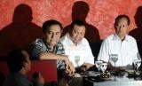 Ketua DPP Partai Demokrasi Indonesia Perjuangan Effendi MS Simbolon (kedua kiri), Pengamat Komunikasi Politik dari Universitas Paramadina Hendri Satrio (kedua kanan), dan Ketua Umum Partai Gerindra Suhardi (paling kanan) menjadi pembicara diskusi mengenai