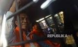 Ketua DPRD Kota Malang, Abdul Hakim (kiri) dan anggota DPRD Kota Malang Imam Fauzi mengangkat tangan ketika menaiki mobil tahanan seusai menjalani pemeriksaan di gedung KPK, Jakarta, Jumat (6/4).