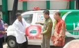 Ketua Majelis Ta'lim Telkomsel M.Fathoni Yasin menyerahkan langsung bantuan berupa 1 unit ambulance MTT armada siaga sebagai operasional Rumah Sakit kepada Direktur Utama RSIA Ibnu Sina drg.Wahyu Prabowo di saksikan Dewan Penasehat Majelis Ta'lim Telkomsel